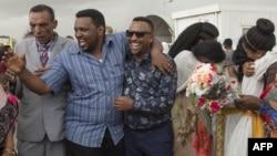 Les familles longtemps séparées sont réunies sur le tarmac de l'aéroport international d'Asmara à l'arrivée du premier vol de la capitale éthiopienne, Addis-Abeba, le 18 juillet 2018.