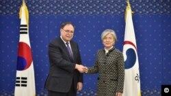 티모시 베츠 미국 국무부 부차관보와 강경화 한국 외교부 장관(사진 출처: 주한 미국대사관)