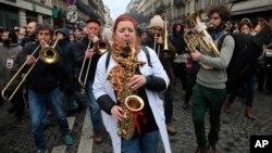 Para demonstran memainkan alat-alat musik saat berdemonstrasi di Paris, 9 Januari 2019. (Foto: AP)