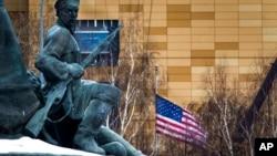 ARHIVA - Američka zastava ispred ambasade u Moskvi (Foto: AP)