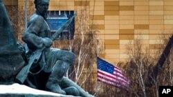 ARHIVA - Američka zastava ispred ambasade u Moskvi
