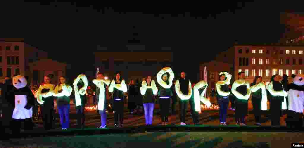 برلن میں ڈبلیو ڈبلیو ایف کے سرگرم کارکنوں نے روشنی کی مدد سے ارتھ آور تحریر کیے۔