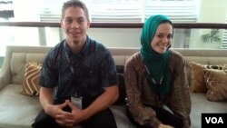 Dua dari 34 sukarelawan pengajar Bahasa Inggris AS, Stevenson Ramsey (kiri) dan Safiyah Ismail (foto: VOA/Wulan).