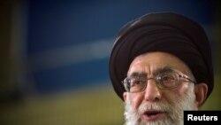 Ali Khamenei parle lors d'un direct télévisé à Téhéran, en Iran, le 12 juin 2009.