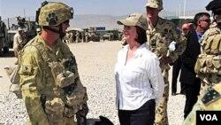 PM Australia Julia Gillard (baju putih) saat mengunjungi pasukan Australia di Afghanistan (foto dok.: 2 Oktober 2010).