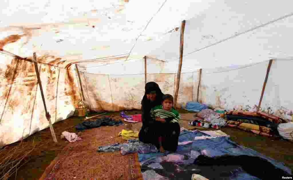 10일 아들을 데리고 터키 남부지역 난민촌으로 피난한 시리아 여성.