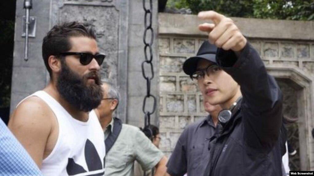 """Đạo diễn Jordan Charles Vogt-Roberts (trái) và diễn viên Ngô Thanh Vân trong thời gian ở Ninh Bình để chuẩn bị các cảnh quay của phim """"Kong: Skull Island""""."""
