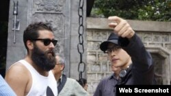 Đạo diễn Jordan Charles Vogt-Roberts và nữ diễn viên Ngô Thanh Vân. (Ảnh chụp màn hình trang web nld.com.vn).