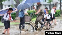 조총련 기관지 '조선신보'는 북한의 전반적 지역에 9일께부터 16일까지 매우 강한 장마전선의 영향으로 폭우와 무더기비가 내려 적지 않은 피해가 발생했다고 17일 전했다. 사진은 폭우로 침수된 강원도 원산시의 중심부 모습.