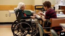 Tamara Rusoff-Hoen (kanan) mengajak biacara ibunya yang menderita demensia di Riverdale, New York, AS. (Foto: ilustrasi).