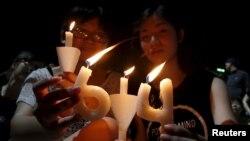4일 홍콩 빅토리아 공원에서 열린 톈안먼 사태 기념식 집회에서 참가자들이 촛불을 들고 있다.