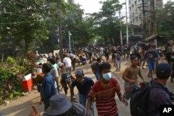 Pengunjuk rasa anti-kudeta bubar saat pengunjuk rasa menghadapi polisi di Yangon, Myanmar, 28 Maret 2021. (AP)