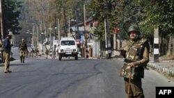 Cảnh sát bán quân sự Ấn Ðộ tuần tra trên đường phố ở Srinagar