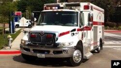 En la imagen, la ambulancia que trasladó a Michael Monnig al hospital para ser evaluado por posible contagio con ébola.