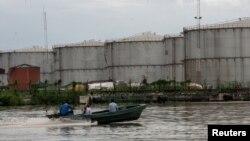 Un bateau descend une rivière près de Warri, dans le sud-est du Delta, au Nigeria, le 18 juin 2017.
