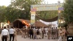 Suasana di Mathura, India saat polisi dan petugas paramiliter berada di sekitar lokasi terjadinya bentrokan (2/6).