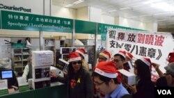 香港支聯會星期五舉行「愛心寄劉曉波」寄聖誕卡行動 (VOA 湯惠芸攝)