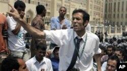 이집트 법원 앞에서 항의 시위를 벌이는 시민들