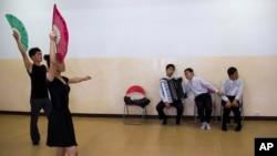 북한 평양의 조선장애자보호연맹 시설에서 청각장애 무용수와 시각장애 음악인들이 공연하고 있다. (자료사진)