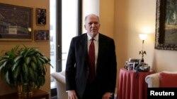 布伦南前来参加参议院情报委员会会议
