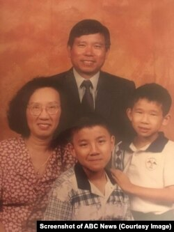 Ông Châu Văn Khảm, và bà Châu Quỳnh Trang, vợ ông, cùng hai con Daniel và Dennis. Ảnh chụp năm1998. (Screenshot of ABC News)