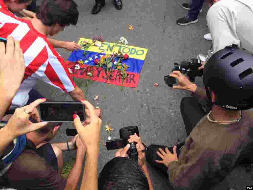A las calles asistieron aproximadamente 2 mil personas para rezar por el periodista de 26 años. Foto: Álvaro Algarra.