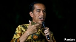 Presiden terpilih Joko Widodo berbicara pada media dalam konferensi pers di kediamannya di Jakarta (21/8). (Reuters/Darren Whiteside)