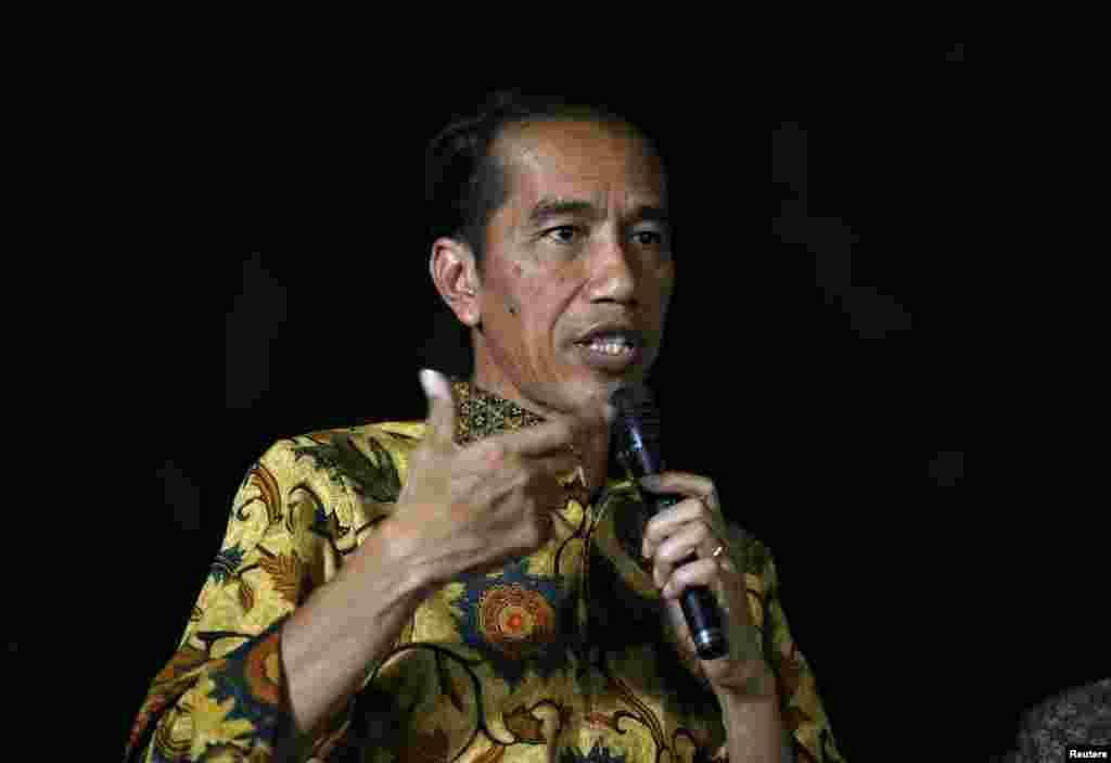 Presiden terpilih Joko Widodo berbicara pada media pada konferensi pers di kediamannya di Jakarta (21/8). (Reuters/Darren Whiteside)