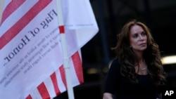 Pamela Geller mendengarkan pembicara dalam protes melawan pembangunan pusat komunitas Islamis dua blok dari lokasi World Trade Center di New York. (Foto: Dok)