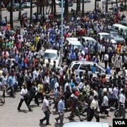 Para pegawai negeri di Zimbabwe melakukan unjuk rasa di Harare (foto: dok.). Warga Zimbabwe cenderung pemalu dan sulit untuk menggerakkan massa agar melakukan protes.