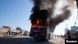 Xe chở khách bốc cháy trên đường phố trong lúc tổng đình diễn ra tại Dhaka, ngày 9/11/2013.