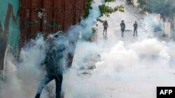 Seorang demonstran Palestina melemparkan kembali kaleng gas airmata kepada polisi Israel saat terjadinya bentrokan dekat masjid al-Aqsa, Jumat (31/10)