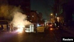 Personas protestan en Teherán, la capital iraní.