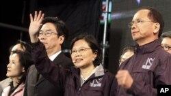 蔡英文在失败后向支持者致意 她得票超过百万