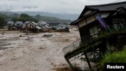 7일 일본 후쿠오카현 아사쿠라에서 폭우로 집들이 파괴됐다.