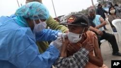 Peruda Limada sakinlərə qrip vaksini vurulur və COVID-19 testi keçirilir