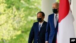 Tổng thống Mỹ Joe Biden và Thủ tướng Nhật Bản Yoshihide Suga đi từ Phòng Bầu Dục ra phát biểu trong một cuộc họp báp tại Vườn Hồng của Nhà Trắng, ngày 16 tháng 4, 2021, ở Washington.