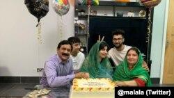 Malala a celebrar a sua graduação. 18 de junho