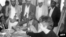 安德烈亚.鲁1986年与也门村民共同进餐
