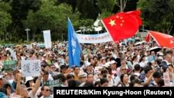 Mnogi su mahali zastavama Hong Konga i Kine izražavajući podršku gradskim snagama reda.