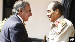 파네타 미 국방장관을 환영하는 탄타위 SCAF 사령관(우)
