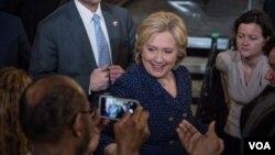 民主党总统参选人希拉里·克林顿在爱奥华大学的选战集会中问候民众。(美国之音记者方正拍摄)