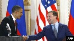 Президенти Обама і Медведєв після підписання нового договору про СНО