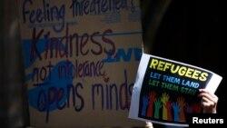 Người biểu tình cầm biểu ngữ tại cuộc biểu tình 'Đứng lên cho Người tị nạn' tại Sydney. (Ảnh tư liệu năm 2014.)