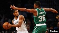 Marcus Smart (36) contre Darius Morris (14) des Brooklyn Nets, le 7 janvier 2015.