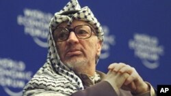 Según la versión oficial, Yasser Arafat murió de un derrame cerebral.