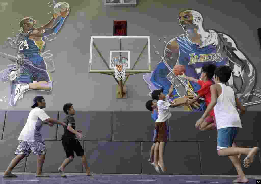"""تصویر"""" کوبی براینت"""" اسطورۀ باسکتبال امریکا و کودکانی که او را الگوی خویش می دانند. کوبی براینت، هفتۀ گذشته در حادثه سقوط هلیکوپتر جان باخت"""