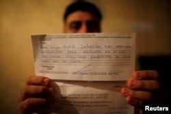 Melvin Garcia, deportovan iz SAD, razdvojen je od svoje 12-godišnje kćerke na graničnom prelazu McAllen. Agenciji Reuters pokazao je pismo u kojem ga američka imigraciona služba obavještava da mu se kćerka nalazi u pritvoru za maloljetnike u Teksasu i čeka izlazak pred sudiju.