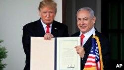 Ông Trump ký công nhận chủ quyền của Israel đối với Cao nguyên Golan hôm 25/3.