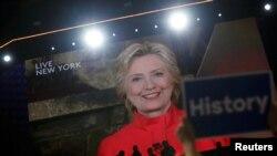 La nominée démocrate Hillary Clinton, en video live depuis New York, lors du deuxième jour de la convention nationale démocrate à Philadelphie, Pennsylvanie, le 26 juillet 2016.